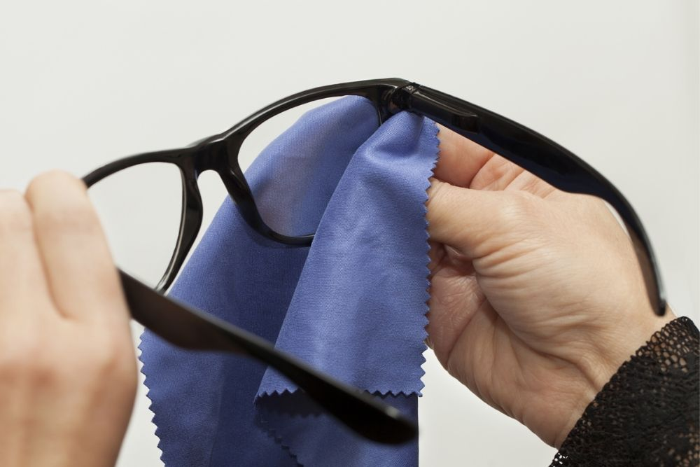 correct way to clean eyeglasses