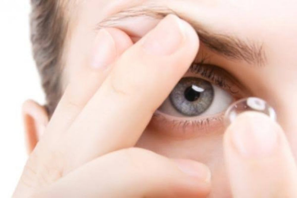 woman wearing contact lens