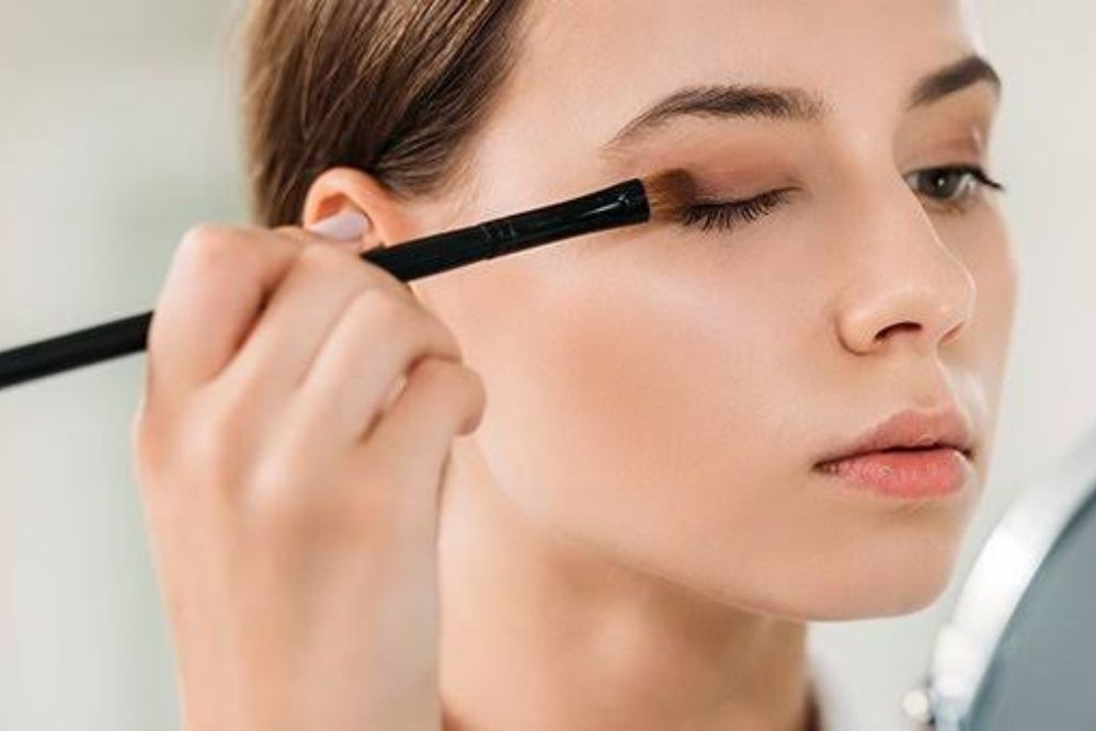 Tips to Safely Apply Makeup Around the Eyes