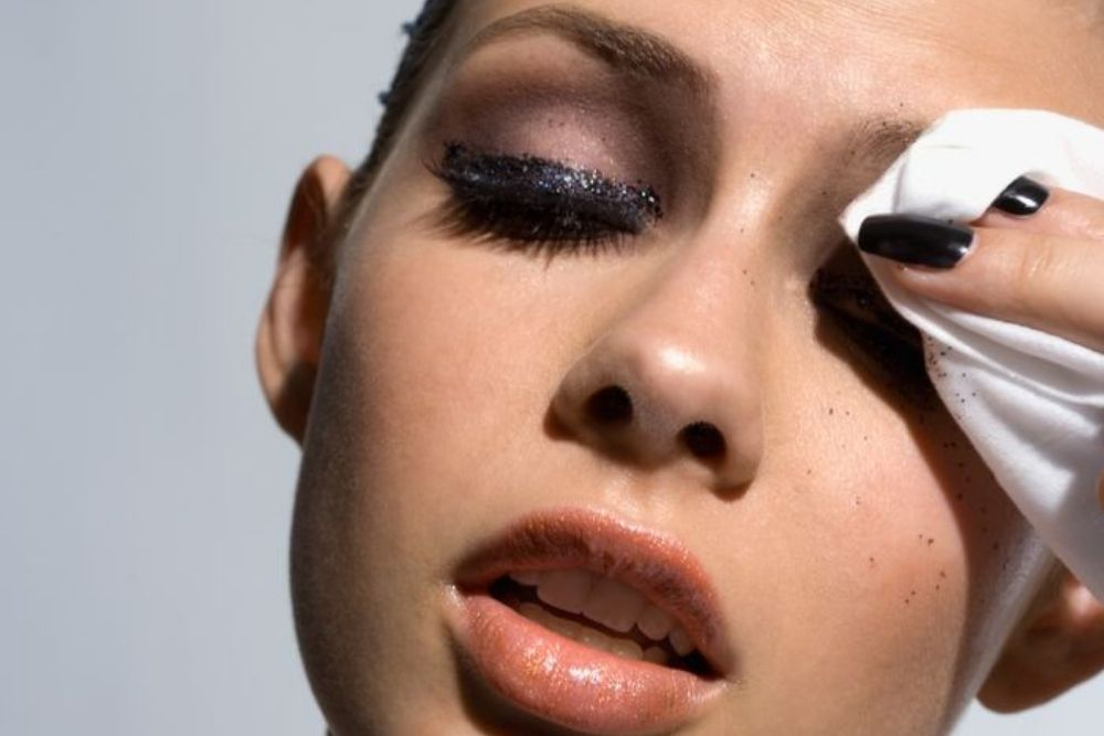 can mascara stay in your eyelid