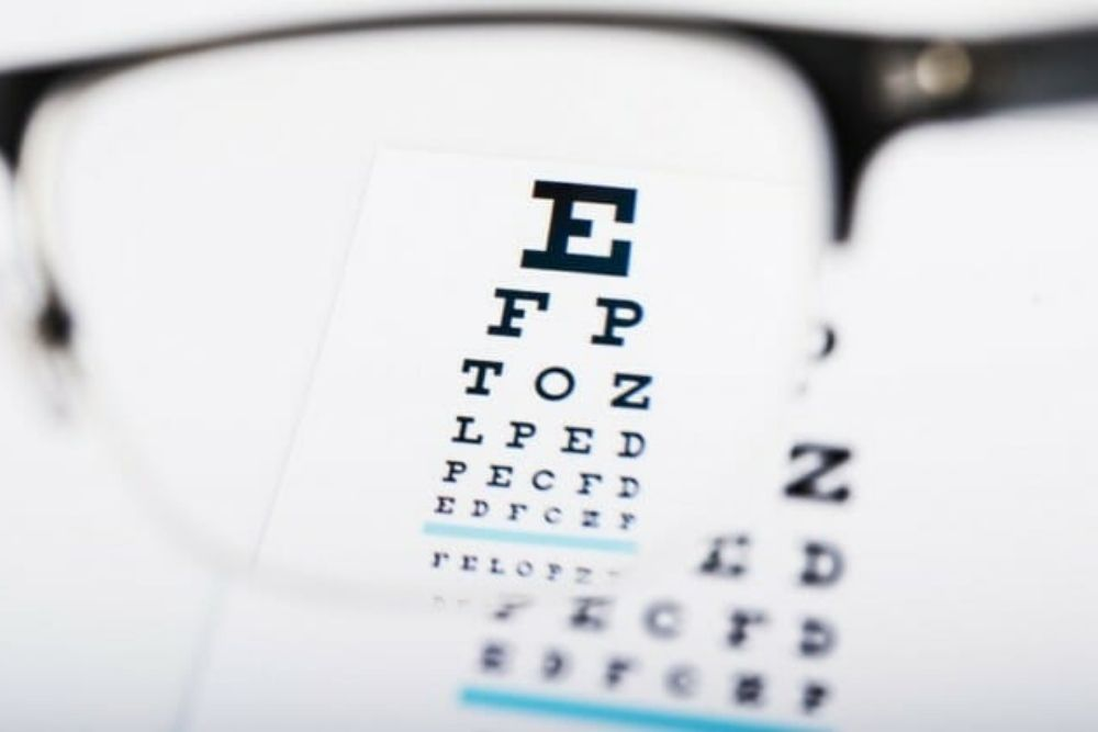 seeing snellen chart with eyeglasses